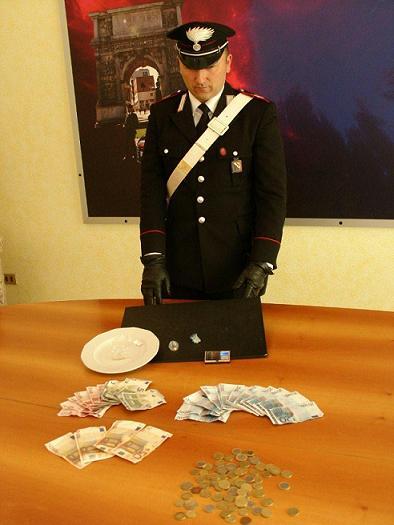 Droga, arrivano i clienti durante la perquisizione dei carabinieri