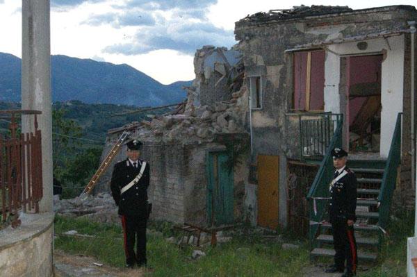 Fuga di gas, l'esplosione ferisce un operaio rumeno e distrugge la casa