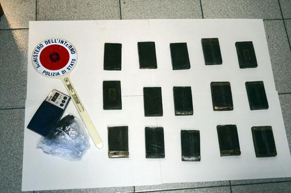 Operazione antidroga: trovati 15 panetti di hashish. Arrestato pluripregiudicato