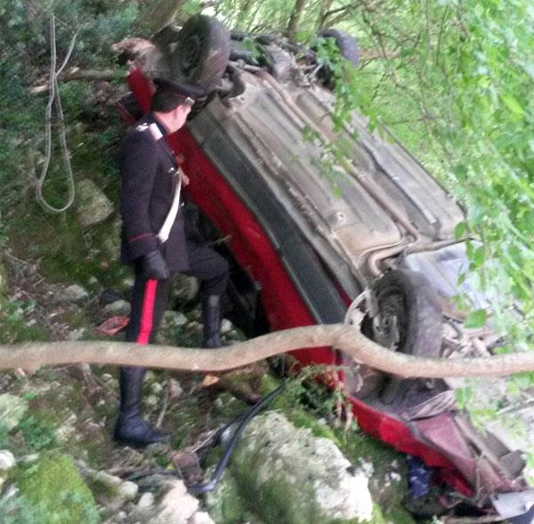Pensionato si ribalta con l'auto e finisce in una scarpata a pochi metri dal fiume