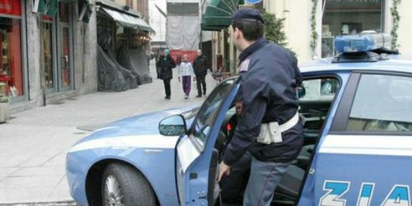 Ignoti infrangono il vetro di un' auto per rubare un portatile ed una carta di credito