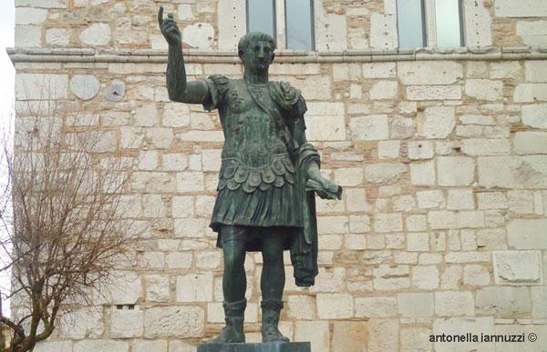 Isidea lancia una raccolta di firme per spostare la statua di Traiano davanti all'Arco