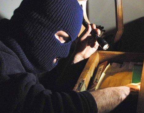Uomo denunciato per furto di cellulare in abitazione di anziana signora