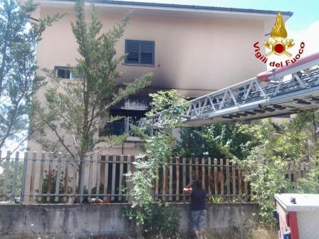 Incendio divampa in una casa a Ponte forse a causa di un corto circuito