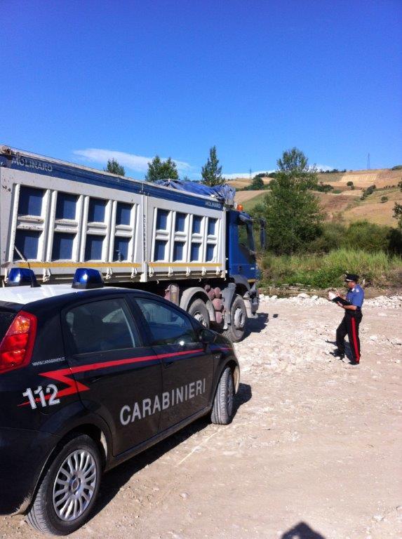 Rubavano inerti fluviali vicino al fiume Miscano, arrestati in quattro