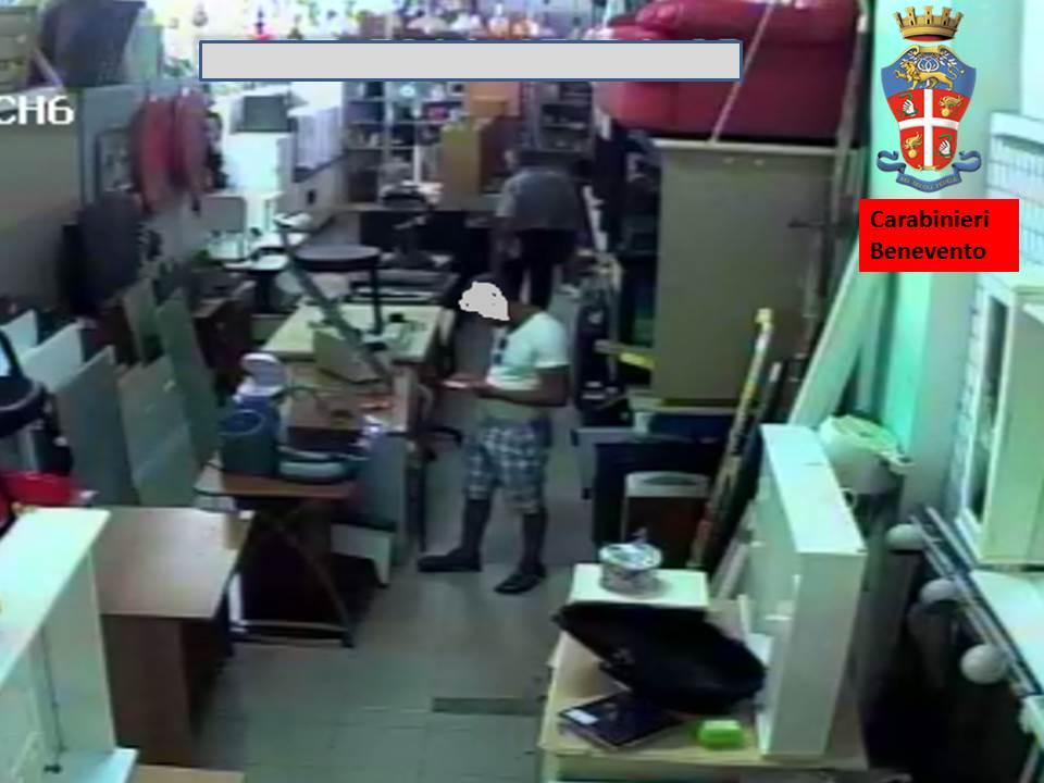 Denunciato rumeno per il furto di un telefonino in un esercizio commerciale