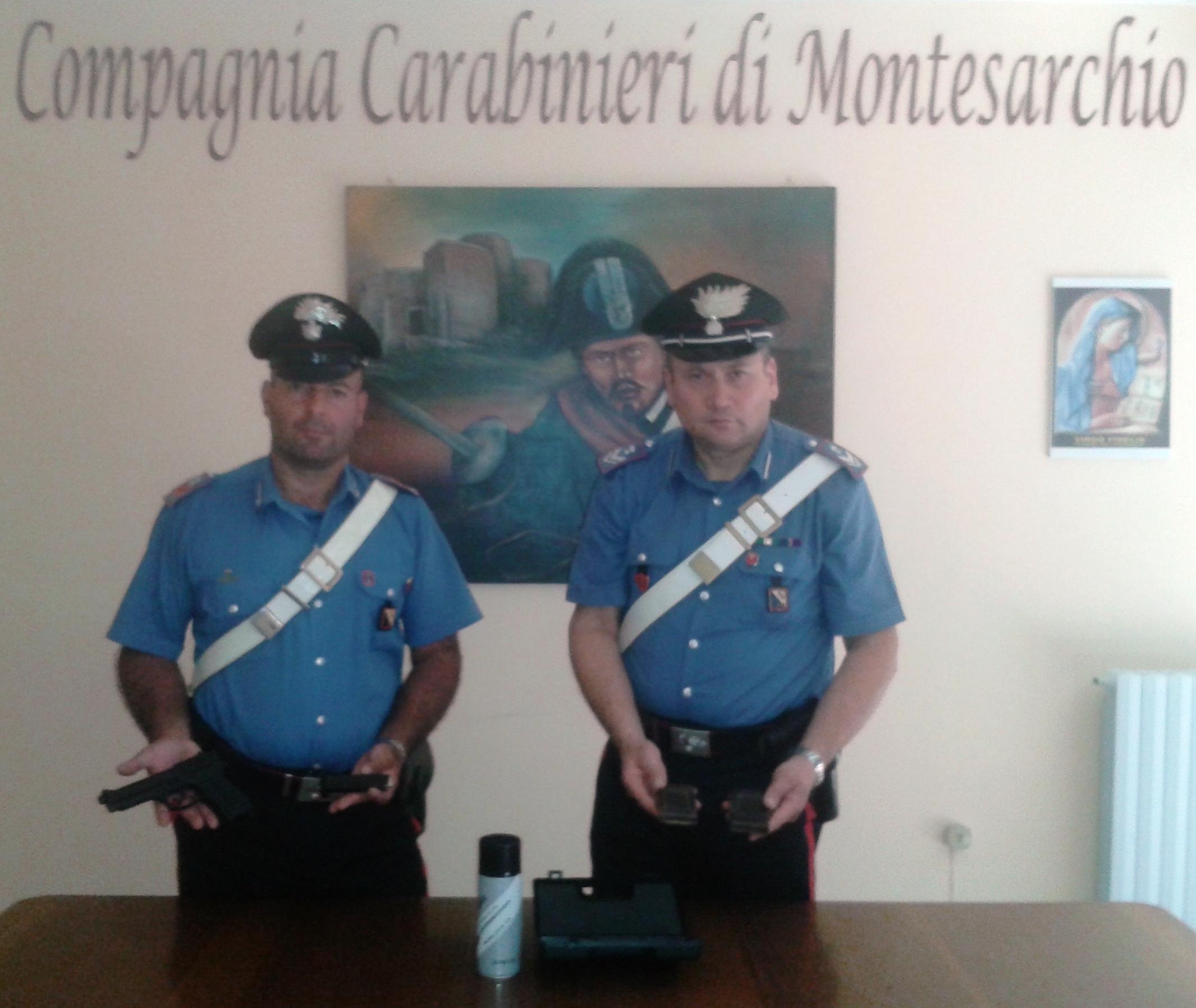 I Carabinieri, aiutati dal cane Rex, trovano droga e armi alterate in casa di un pregiudicato
