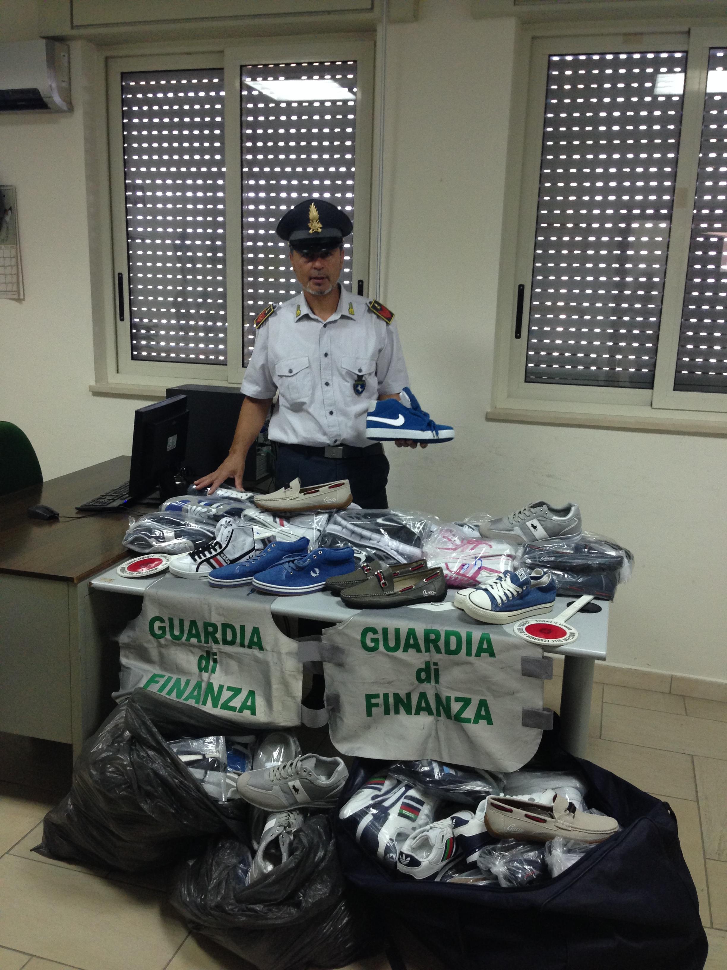 Guardia di Finanza sequestra scarpe con marchi contraffatti
