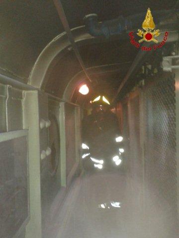 Incendio locomotore Intercity, grazie ai Vigili del Fuoco le fiamme non si propagano ai vagoni dei passeggeri
