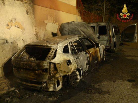 Intervento dei pompieri durante la notte per domare incendio di due auto
