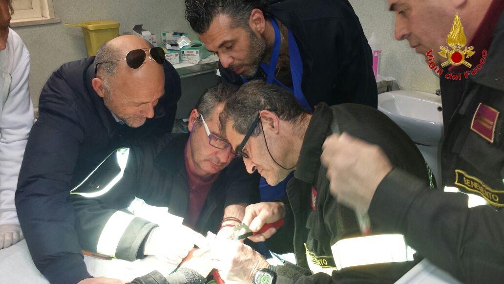 I Vigili del Fuoco intervengono per un soccorso al reparto ortopedia del 'Rummo'