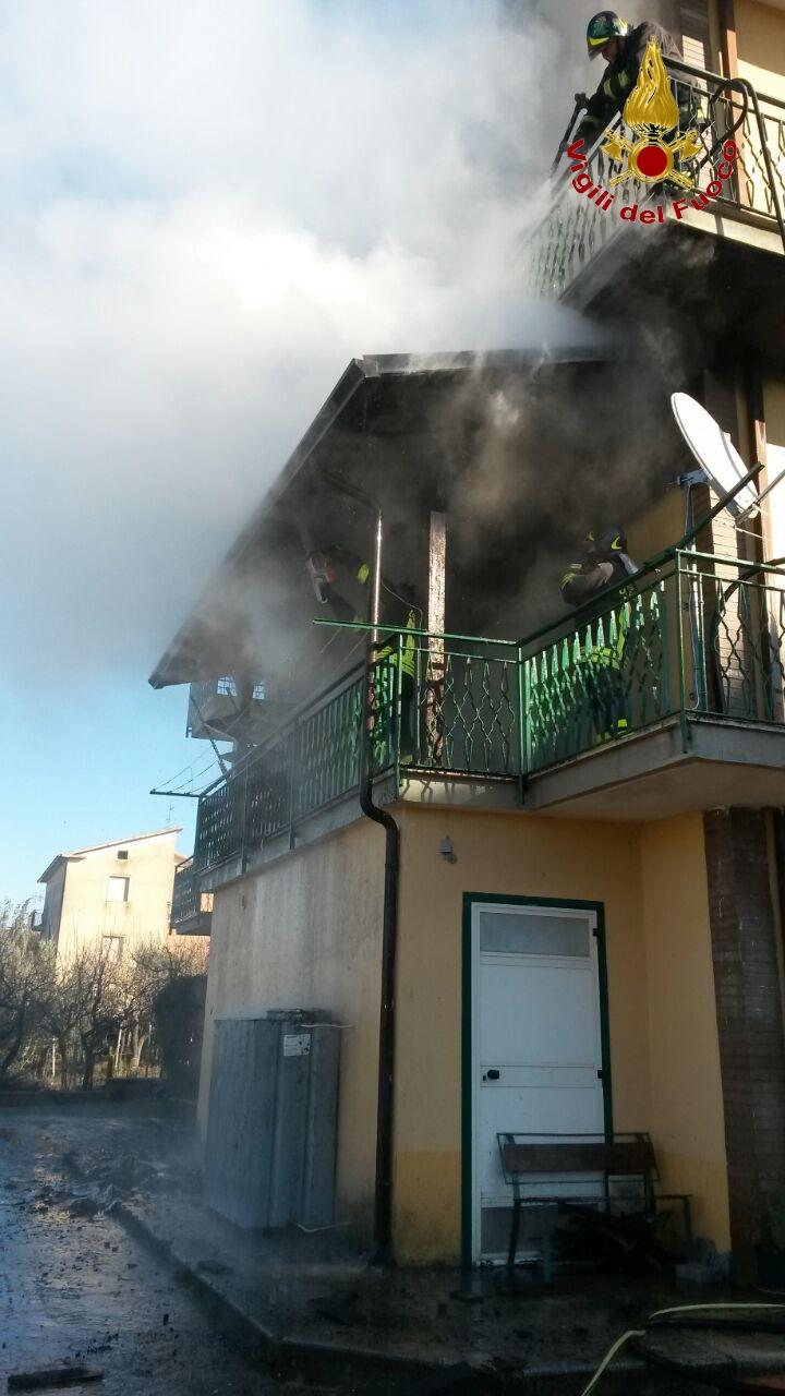 Intervento dei vigili del fuoco per l'incendio di un'abitazione ad Apice