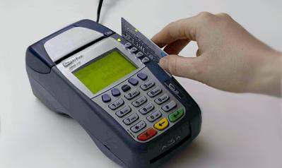 Fa acquisti con carta di credito sottratta alla collega, denunciata 46enne