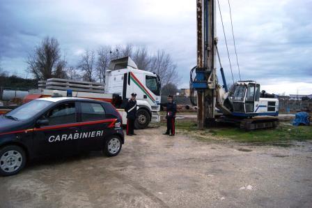 Tre rumeni rubano gasolio in una ditta per farne il pieno all'auto, ma il motore si blocca