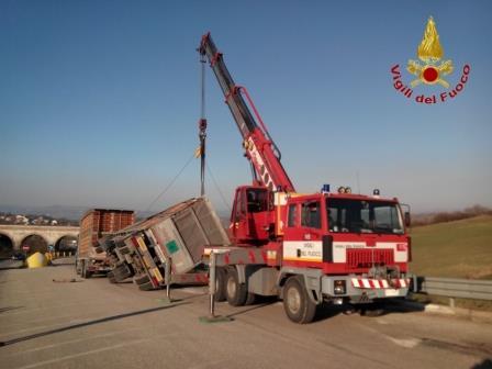 Autotreno si ribalta al bivio di Campolattaro, immediato l'intervento dei Vigili del Fuoco