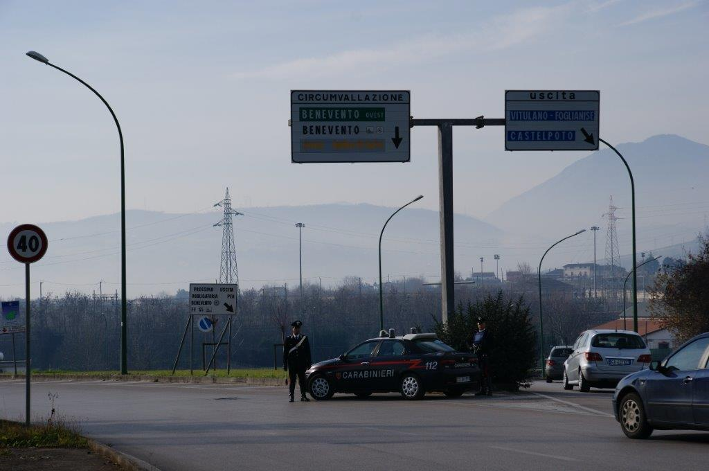 Fermato dai Carabinieri un giovane che, per evitare controlli, ingerisce un bussolotto di eroina