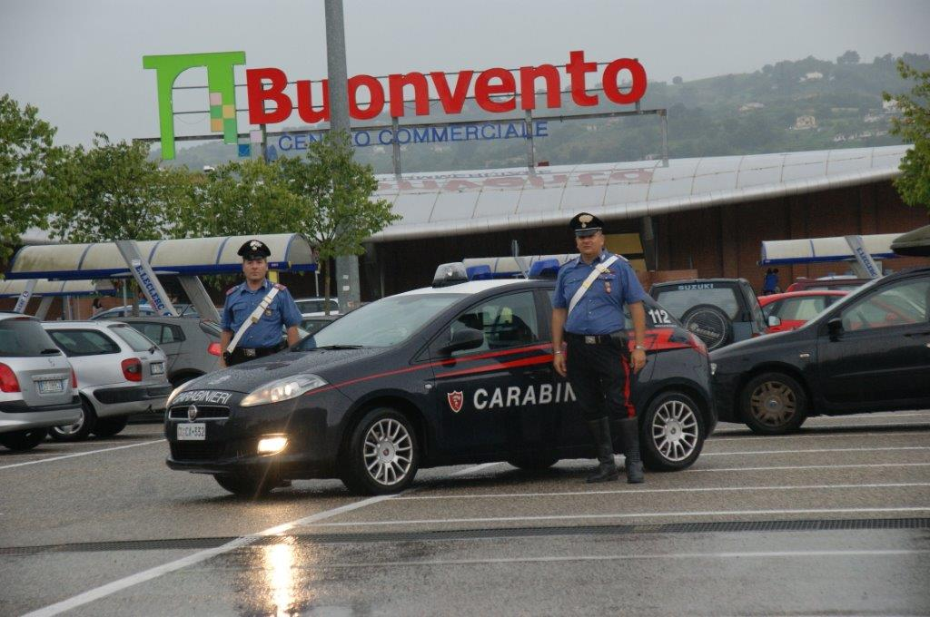 Arrestati due uomini per furto aggravato all'interno del centro commerciale 'Buonvento'