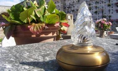 Istituito il servizio di illuminazione per l'installazione di lampade votive al cimitero