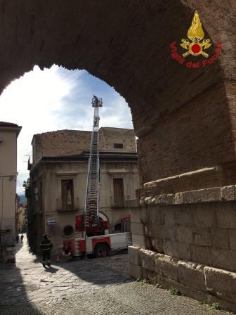 Benevento, intervento dei Vvf per caduta tegole da palazzina storica