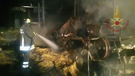 Tocco Caudio, in fiamme un capannone agricolo
