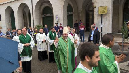 Il saluto ai fedeli di monsignor Accrocca e l'insediamento sulla Cattedra di San Gennaro