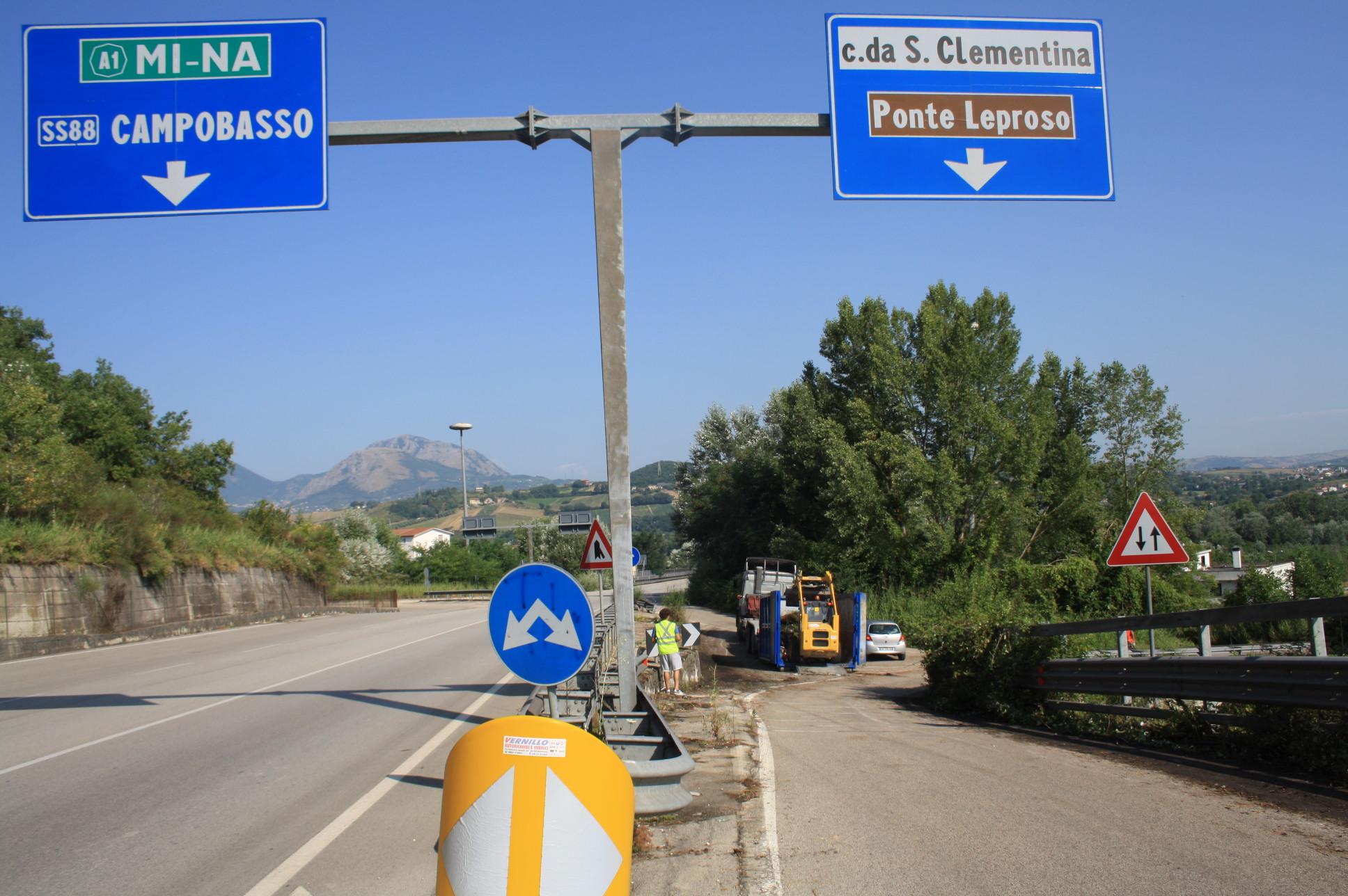 Iniziati i lavori per eliminare i rifiuti sulla tangenziale Ovest di Benevento