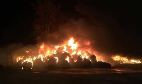 Paolisi, ex deposito di rifiuti in fiamme