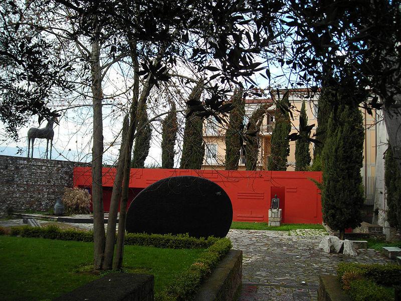 Orrore all'Hortus di Benevento. Decapitata statua del Maestro Paladino