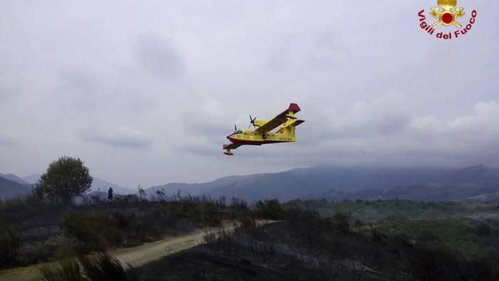 Guardia Sanframondi, incendio di vaste proporzioni minaccia centro abitato