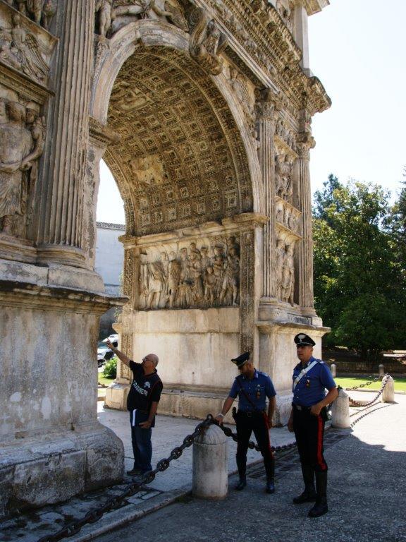 Benevento, danneggiata area di recinzione dell'Arco di Traiano