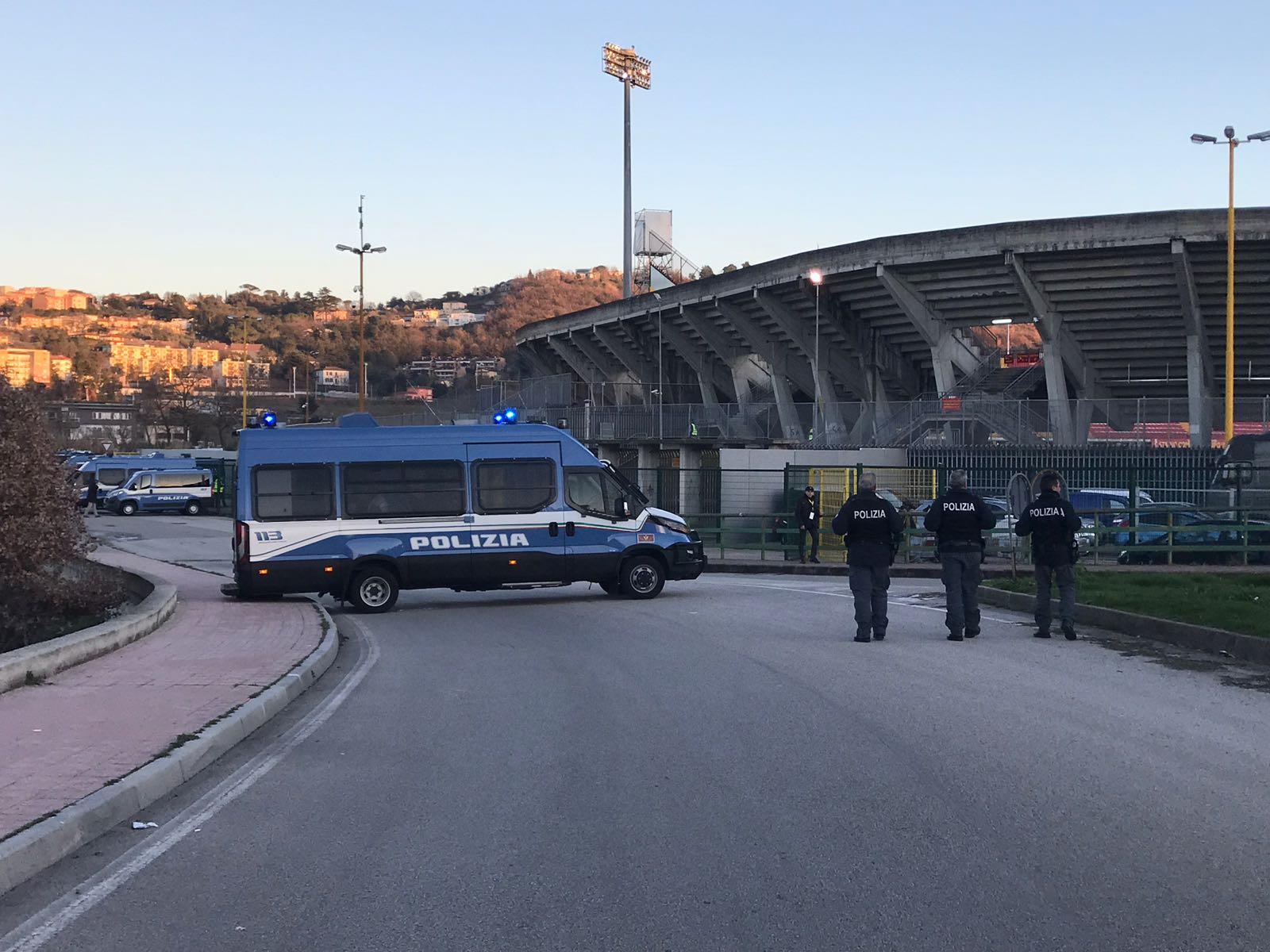 Benevento – Crotone, la polizia individua l'autore del lancio di un petardo