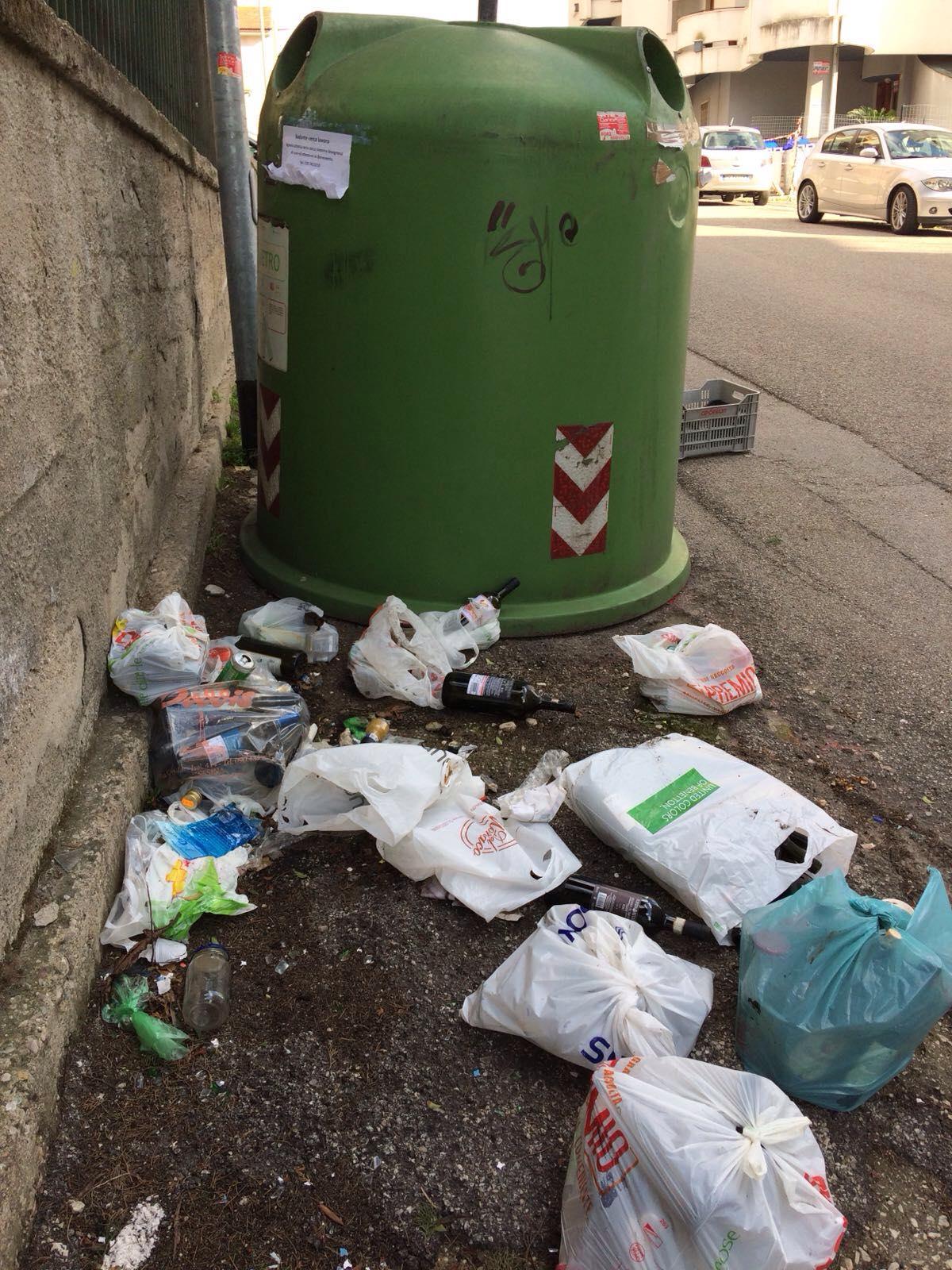 Benevento, il Comitato di Quartiere Cappuccini/Atlantici/Mellusi ripulisce le campane per la raccolta del vetro