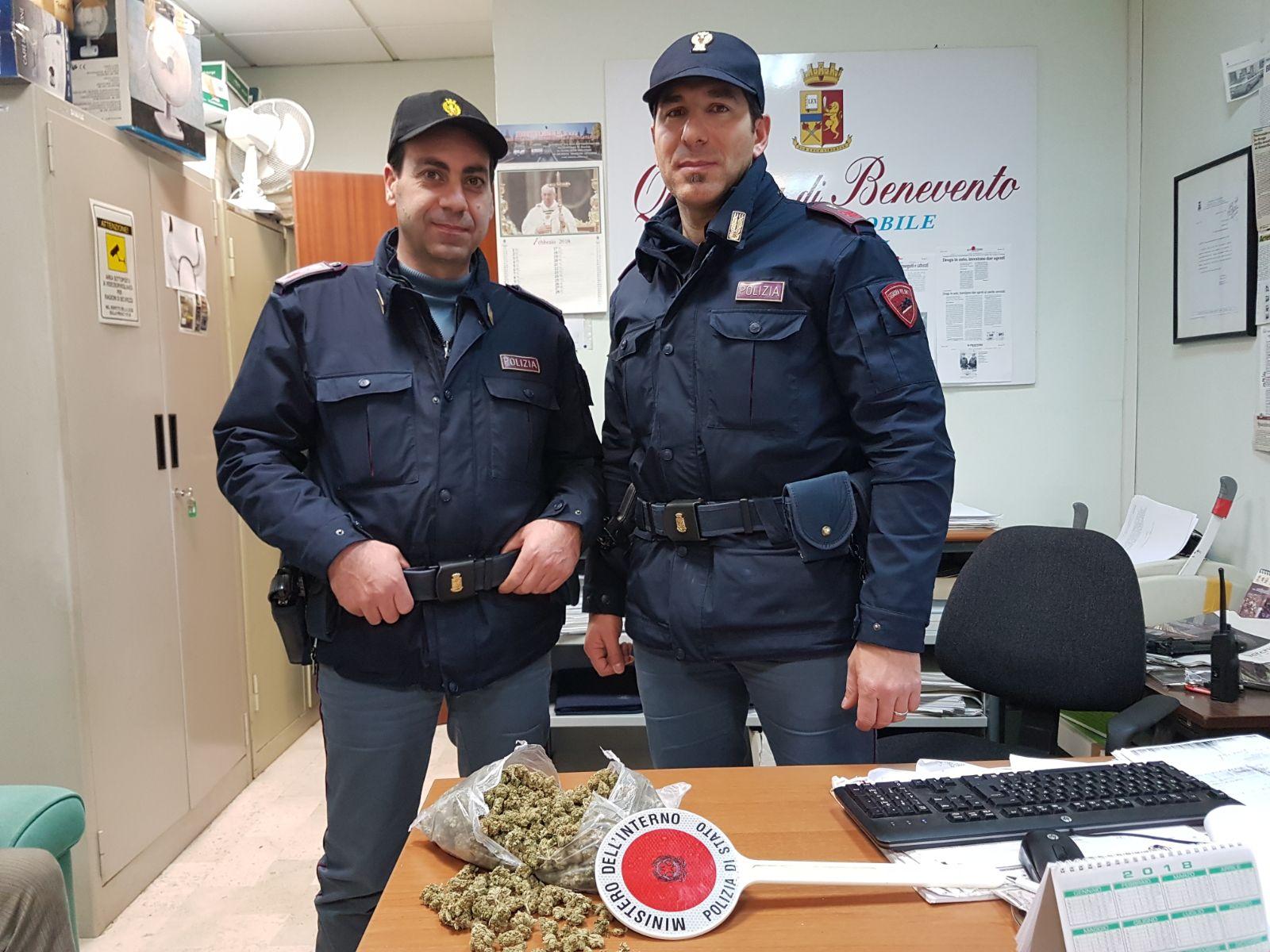 Ceppaloni, getta dalla finestra marijuana: arrestato dalla Polizia
