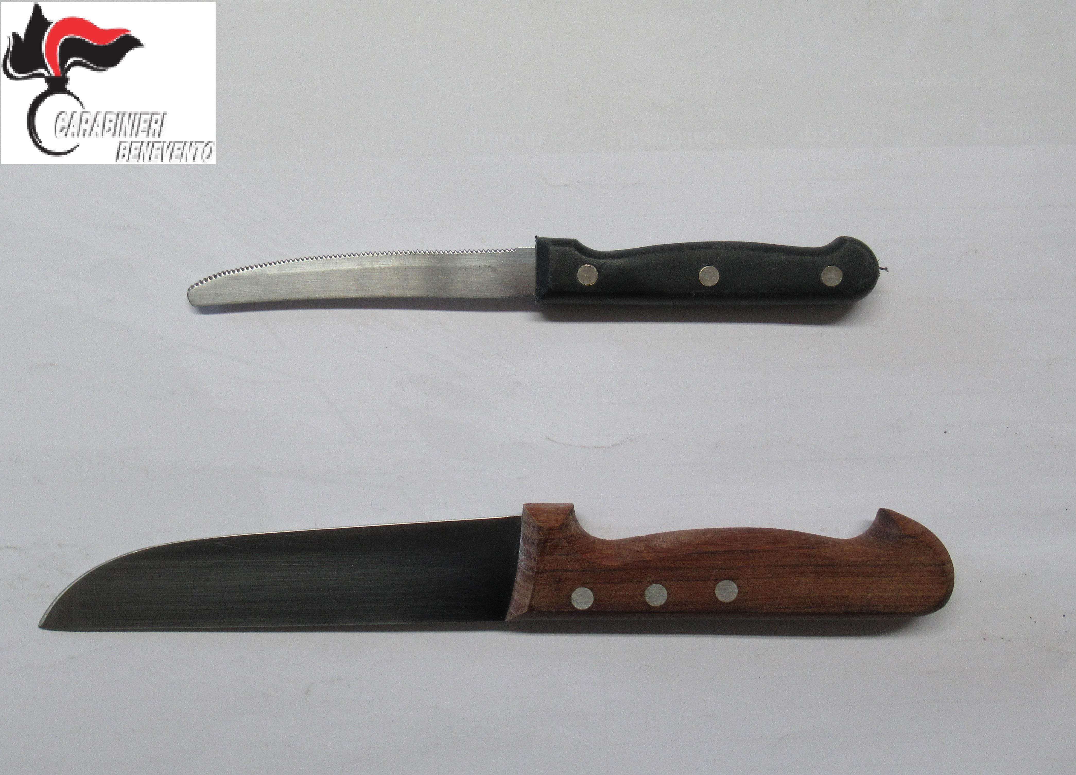 Marito minaccia moglie con coltelli da cucina. In manette 56enne beneventano