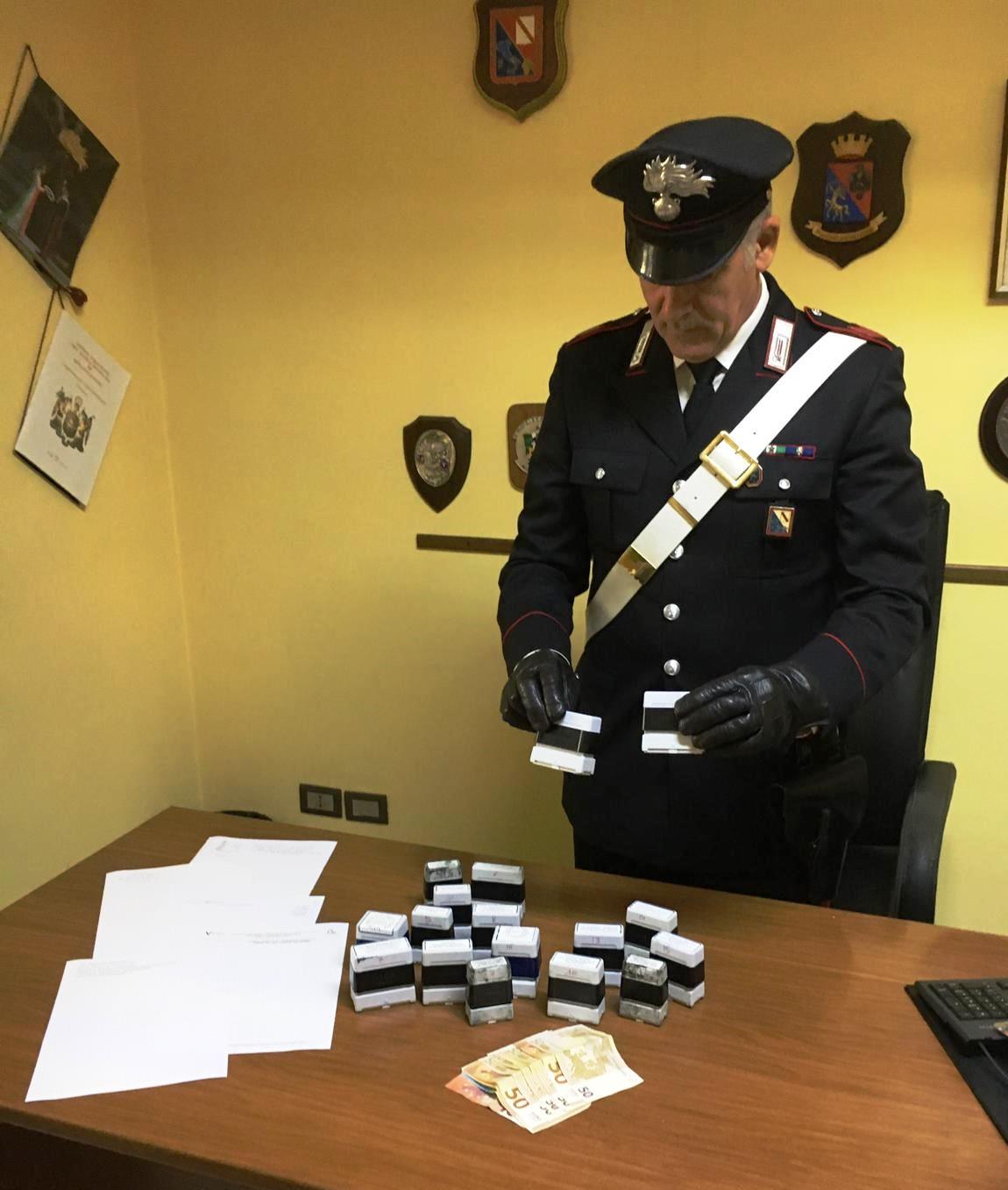 Sant'Agata dei Goti, perquisizioni dei carabinieri fanno rinvenire denaro contante e timbri falsi