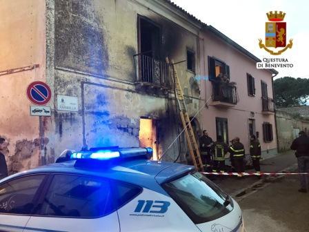 Abitazione in fiamme ad Amorosi, 61enne stroncato da malore