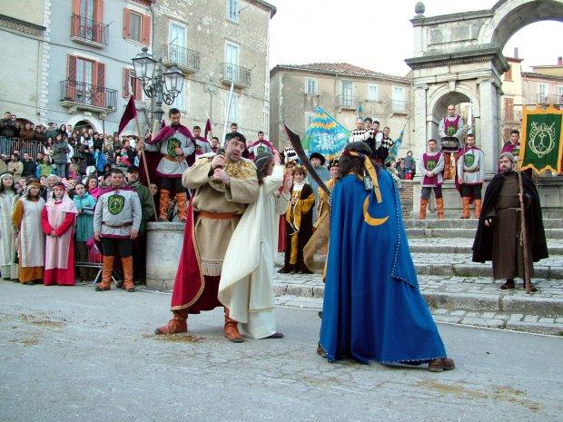 Carnevale a Santa Croce del Sannio, figuranti e bimbi a bordo del Treno Storico