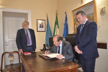 Il presidente della Corte Costituzionale, Lattanzi, ha firmato il registro d'onore degli ospiti della Provincia