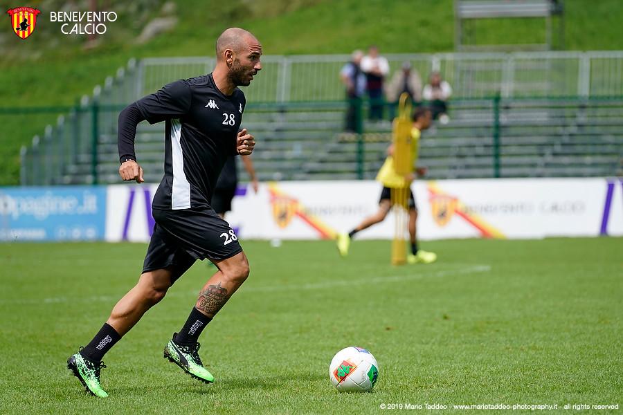 Il Benevento batte per 6-0 il Castrovillari nell'amichevole di esordio al Vigorito. Primi gol in giallorosso di Sau