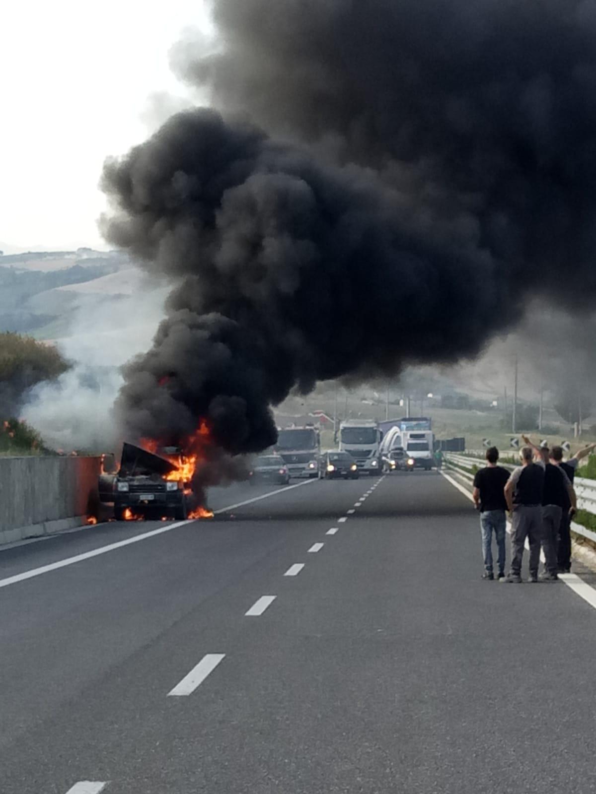 Auto in fiamme getta il panico sulla SP82