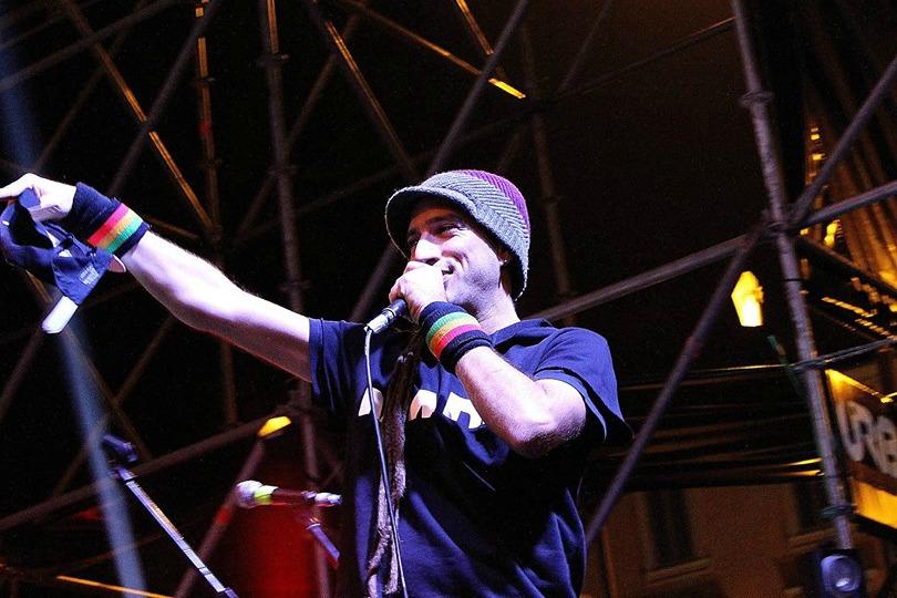 Valerio Jovine, leader dei 99 Posse, in concerto domani a San Leucio del Sannio