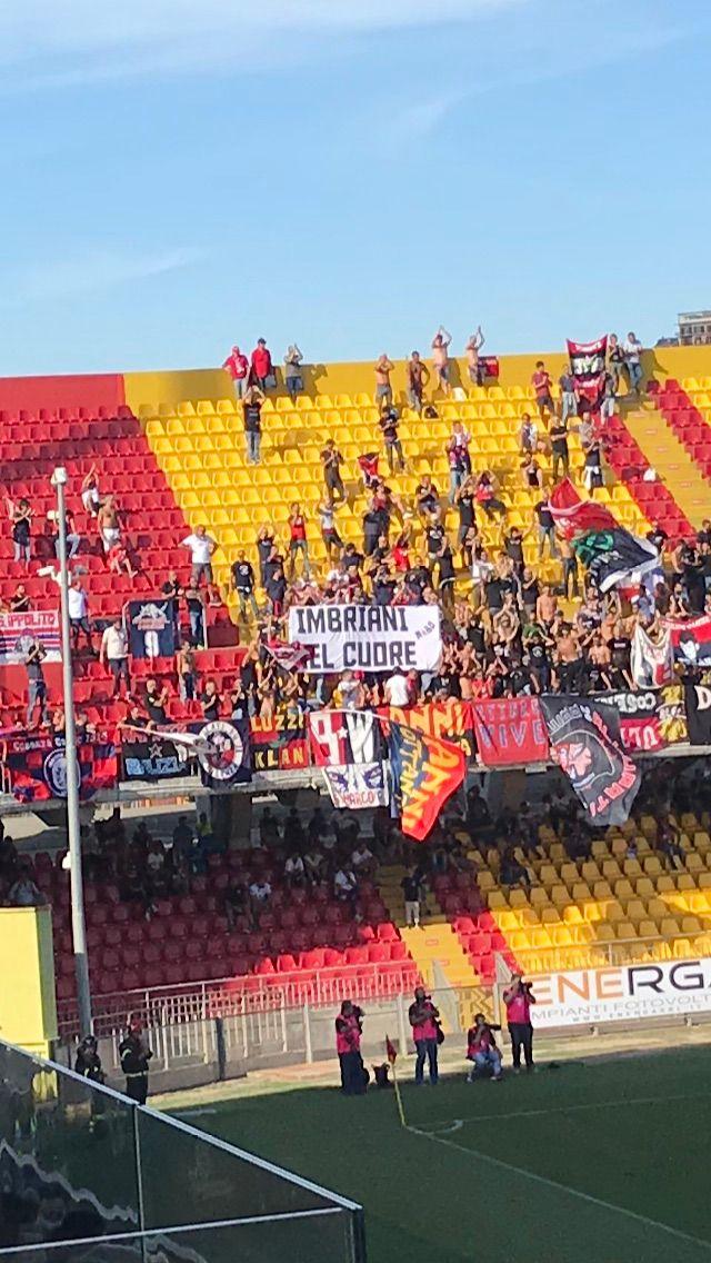 Striscione degli ultras del Cosenza per Carmelo Imbriani salutato dagli applausi dell'intero stadio