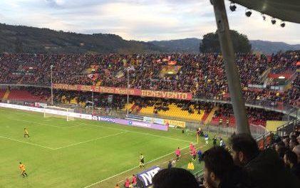Il Benevento all'assalto del Frosinone con tutta la rosa a disposizione. Sugli spalti superata quota 10.000