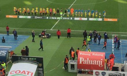 Panettone, the caldo, caffè, Coca cola e acqua minerale offerti ai tifosi giallorossi all'uscita del Bentegodi. In tribuna anche l'ex De Zerbi come promesso a Freesport