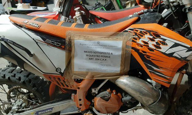 Fa motocross, ma all'alt dei carabinieri scappa in sella alla sua moto