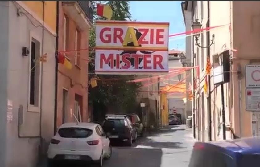 La città si sta colorando di giallorosso sull'esempio di via Cocchia. Striscione anche per Inzaghi